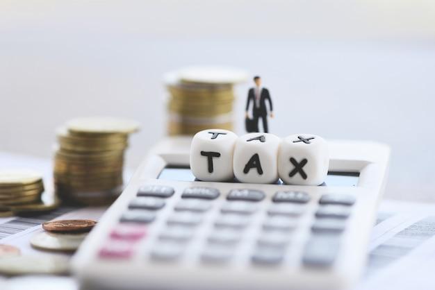 Steuerkonzept und taschenrechner stapelten münzen auf rechnungsrechnungspapier für die zeitsteuer, die gezahlte schuldzahlung füllt Premium Fotos