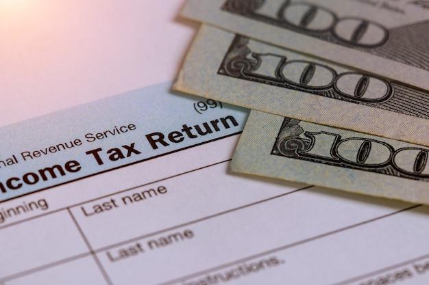 Steuerzeit nahaufnahme der steuererklärung von us 1040 mit 100 rechnungen Premium Fotos