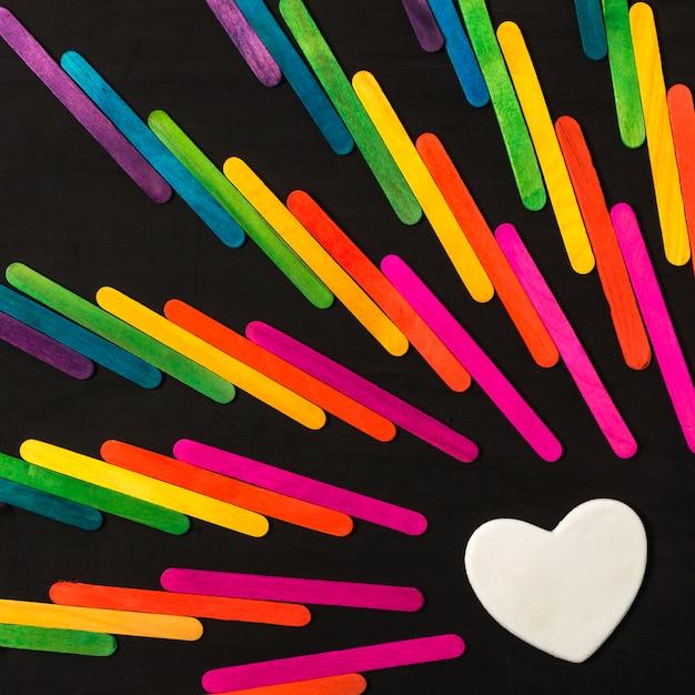 Sticksammlung in hellen lgbt-farben und dekorativem herzen Kostenlose Fotos