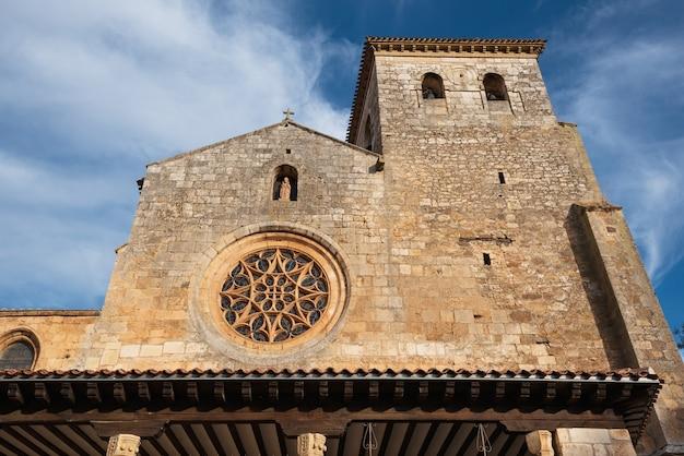 Stiftskirche san cosme, covarrubias, burgos, spanien. es ist eine gotische kirche aus dem 15. jahrhundert. Premium Fotos