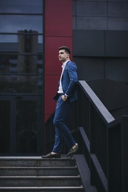 Stil und intelligenz. hübscher junger mann, der anzug und hose trägt und wegschaut Premium Fotos