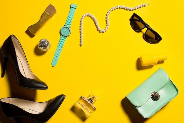 Stillleben der modefrau, objekte auf gelb Kostenlose Fotos