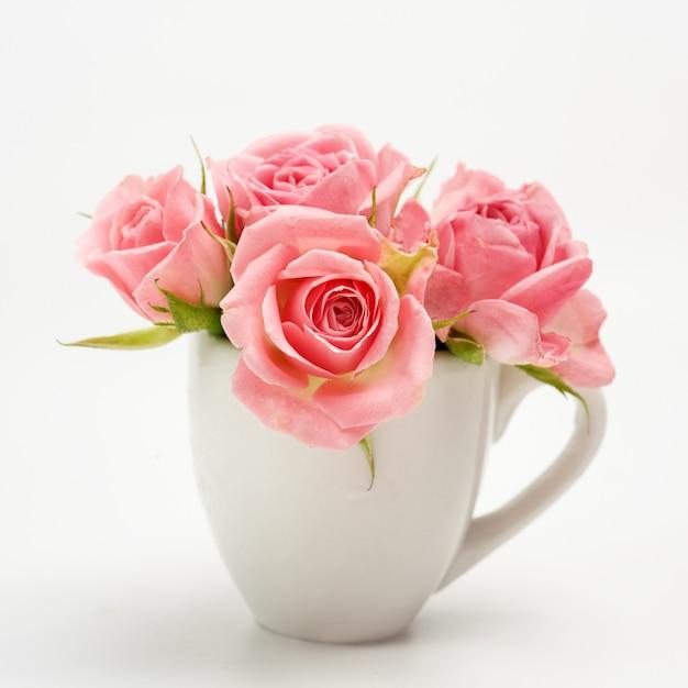 Stillleben der rosa rose in der keramikschale Premium Fotos