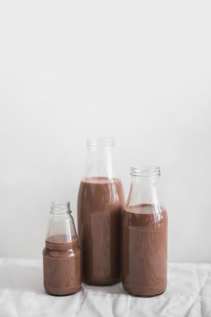 Stillleben der schokoladenmilchshakenflasche gegen weißen hintergrund Kostenlose Fotos