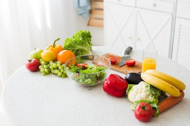 Stillleben der tabelle mit gesundem lebensmittel Kostenlose Fotos
