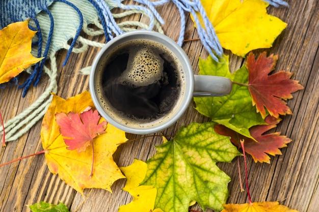 Stillleben eine tasse kaffee und herbstlaub mit plaid Premium Fotos