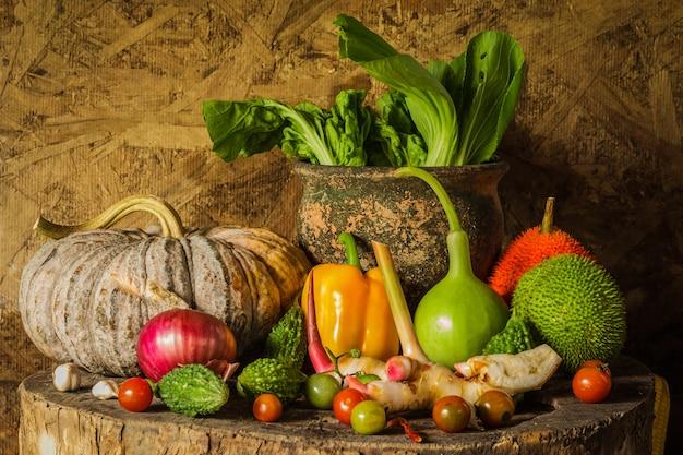 Stillleben gemüse und früchte. Premium Fotos