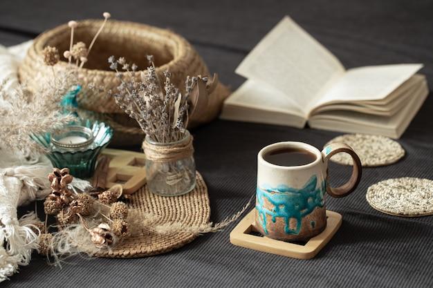 Stillleben in einem gemütlichen raum mit einer schönen tasse. Kostenlose Fotos