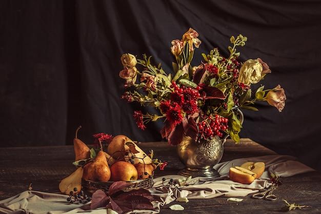 Stillleben mit äpfeln und herbstblumen Kostenlose Fotos