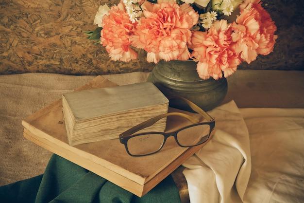 Stillleben mit brille ruht auf einem buch Premium Fotos