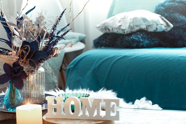 Stillleben mit holzinschrift nach hause, im wohnzimmer. Kostenlose Fotos
