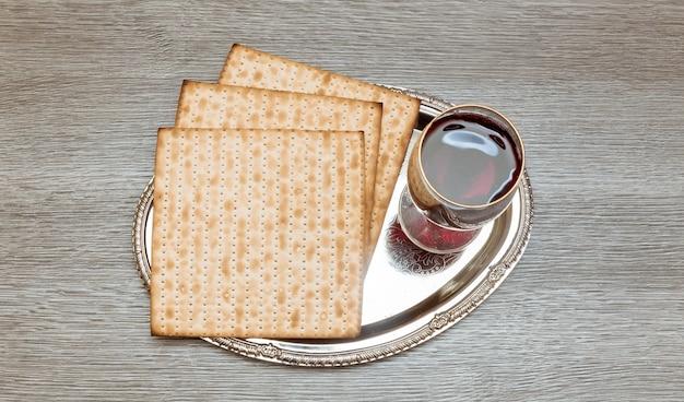 Stillleben mit jüdischem passahbrot aus wein und matzoh Premium Fotos