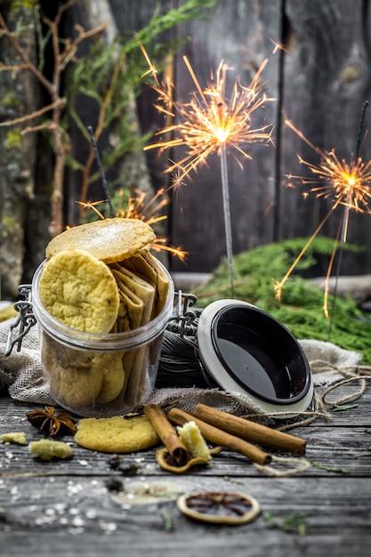 Stillleben mit keksen und wunderkerzen auf holz Kostenlose Fotos