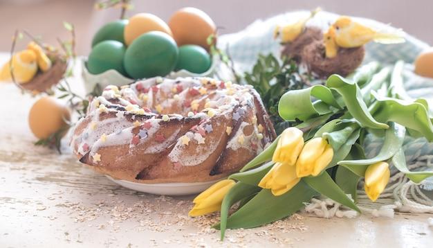 Stillleben mit osterkuchen und bunten eiern Kostenlose Fotos