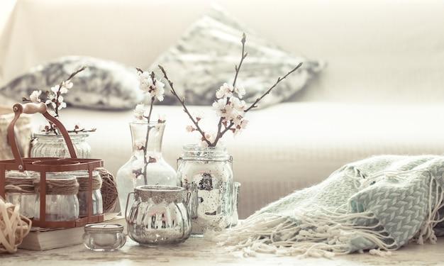 Stillleben mit vasen mit frühlingsblumen im wohnzimmer Kostenlose Fotos