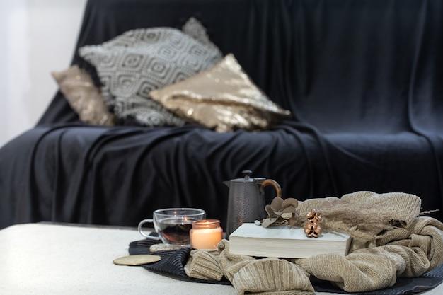 Stillleben mit wohnaccessoires im vordergrund gegen unscharfen raum. Kostenlose Fotos