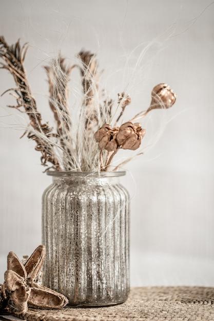 Stillleben schöne vase mit getrockneten blumen. Kostenlose Fotos