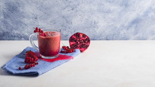 Stillleben von gesunden granatapfel-smoothie Kostenlose Fotos