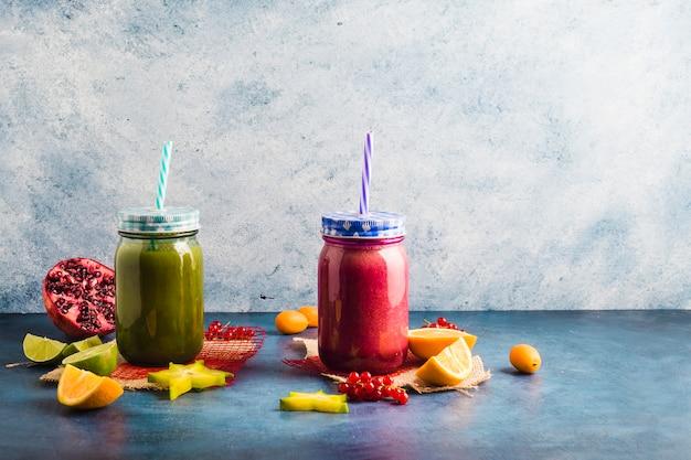 Stillleben von zwei gesunden smoothies Kostenlose Fotos