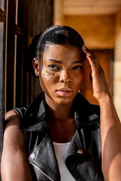 Stilvolle afrikanische frau in der lederweste Kostenlose Fotos