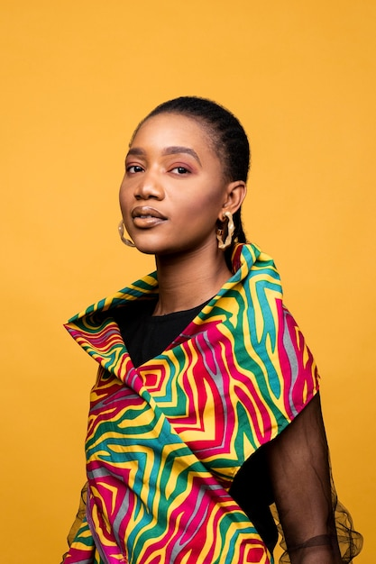 Stilvolle afrikanische frau mit bunter kleidung Kostenlose Fotos