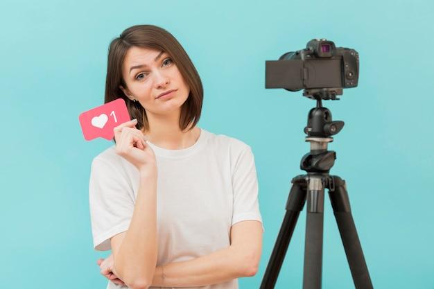 Stilvolle frau, die bereit ist, zu hause zu filmen Kostenlose Fotos