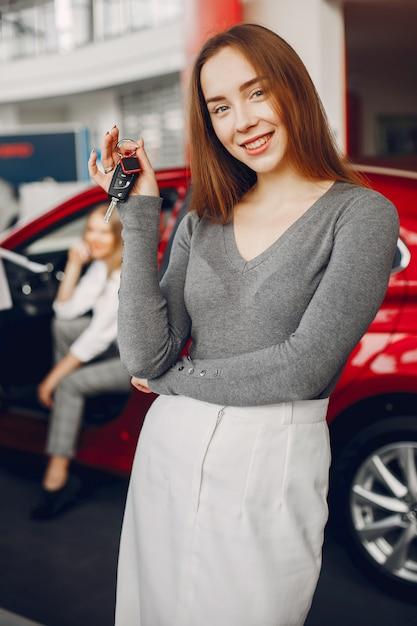 Stilvolle frau in einem autosalon Kostenlose Fotos