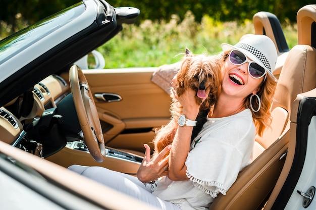 Stilvolle frau mit hund Kostenlose Fotos