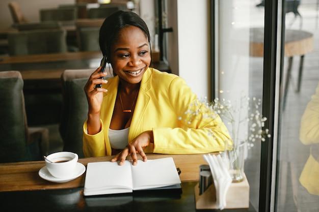 Stilvolle geschäftsfrau, die in einem büro arbeitet Kostenlose Fotos