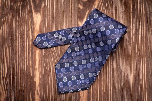 Stilvolle krawatte für mann auf holztisch. Premium Fotos