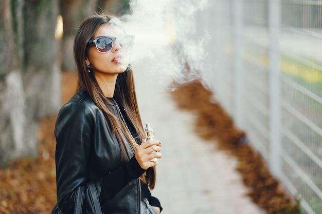 Mädchen rauchen Zigarette 2 2 züge
