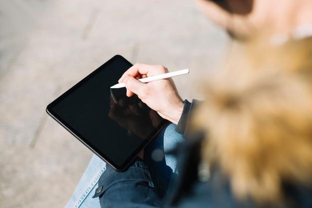 Stilvolle mannzeichnung auf tablette Kostenlose Fotos