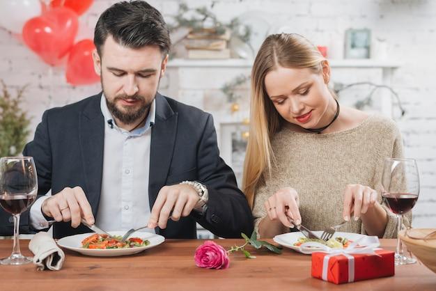 Stilvolle paare, die am romantischen datum essen Kostenlose Fotos