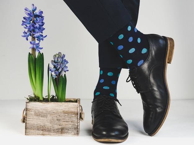 Stilvolle schuhe, helle socken und pflanzen Premium Fotos