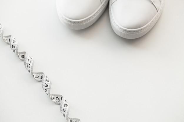 Stilvolle weiße modeturnschuhe auf weiß Premium Fotos