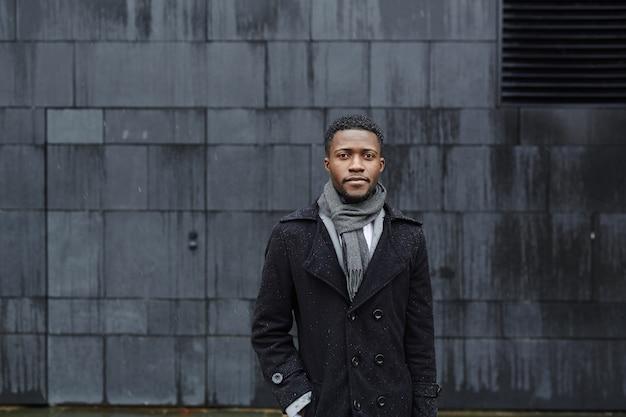 Stilvoller afrikanischer mann in der straße Kostenlose Fotos