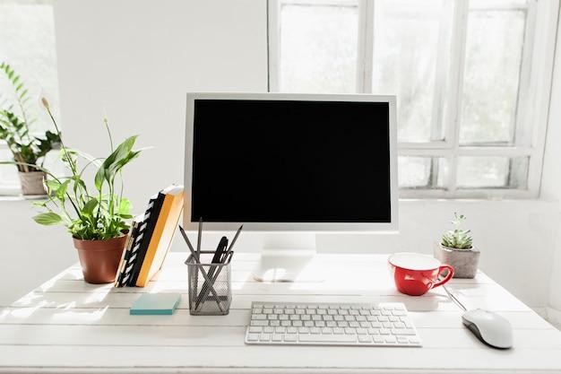 Stilvoller arbeitsbereich mit computer zu hause Kostenlose Fotos