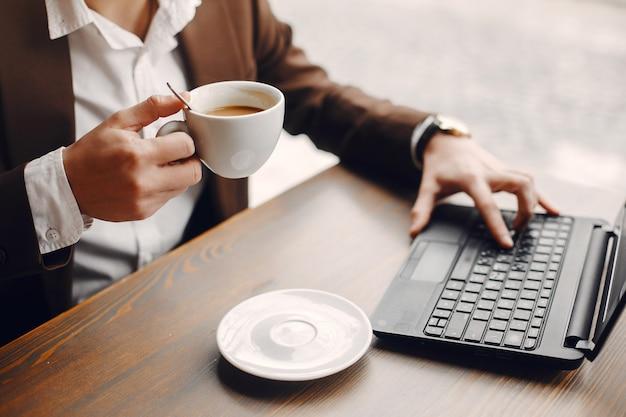 Stilvoller geschäftsmann, der in einem café arbeitet Kostenlose Fotos