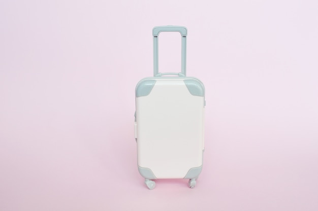 Stilvoller koffer auf rosa hintergrund Premium Fotos