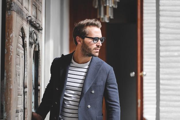 Stilvoller moderner mann Premium Fotos