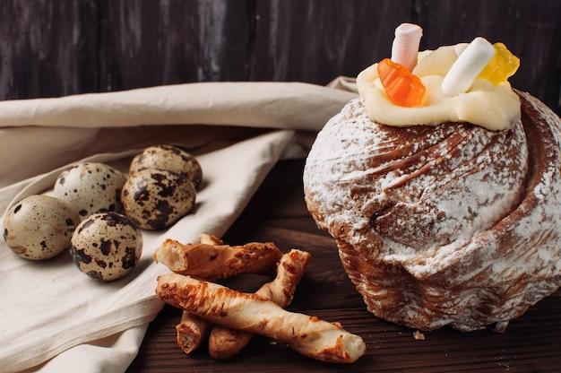 Stilvoller ostern-kuchen mit eibischen und gelee betrifft einen dunklen rustikalen hölzernen hintergrund. Premium Fotos