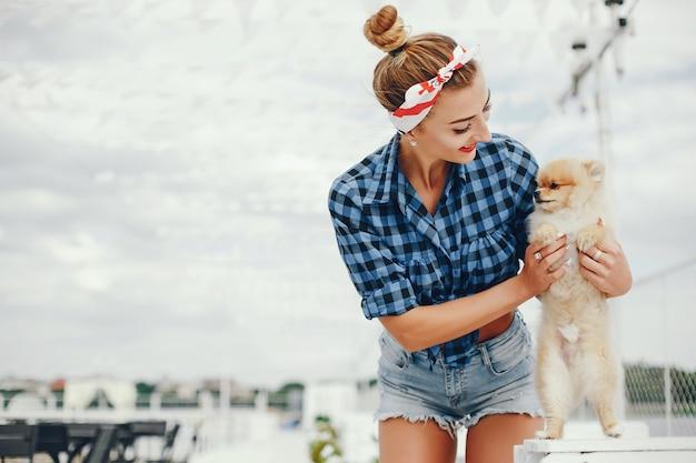 Stilvoller stift herauf mädchen mit dem kleinen hund Kostenlose Fotos