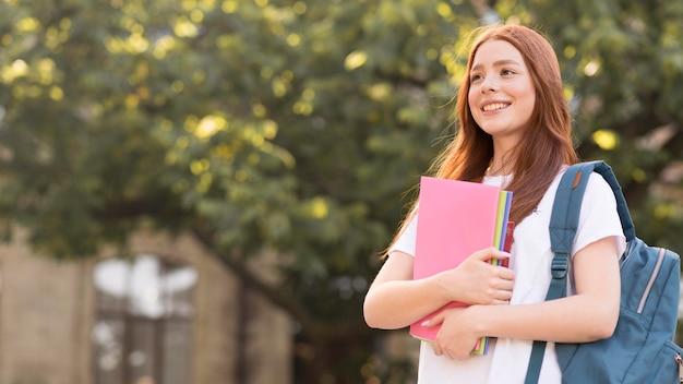 Stilvoller teenager, der glücklich ist, wieder an der universität zu sein Premium Fotos