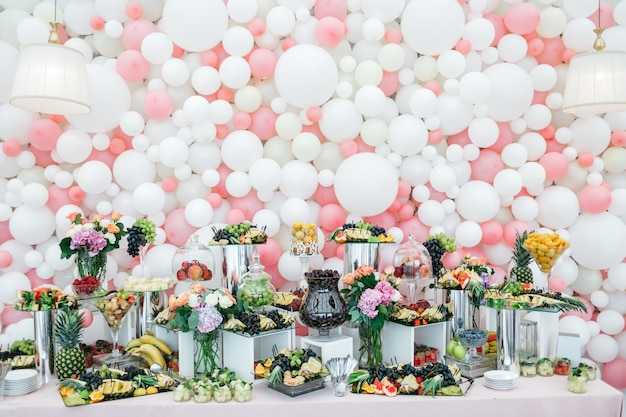 Stilvoller und reichhaltiger tisch mit süßigkeiten und früchten für die gäste Kostenlose Fotos
