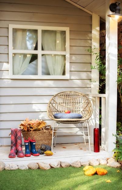Stilvolles dekor auf der veranda nach hause. sommer holzveranda nach hause. gemütliche terrasse zum entspannen Premium Fotos