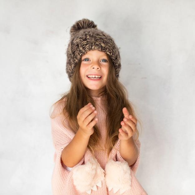 Stilvolles kleines mädchen, das fotografen betrachtet Kostenlose Fotos