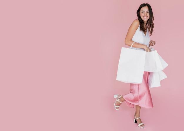 Stilvolles mädchen mit vielen einkaufsnetzen Premium Fotos