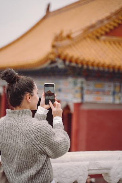 Stilvolles mädchen, welches die verbotene stadt in peking china besucht Kostenlose Fotos