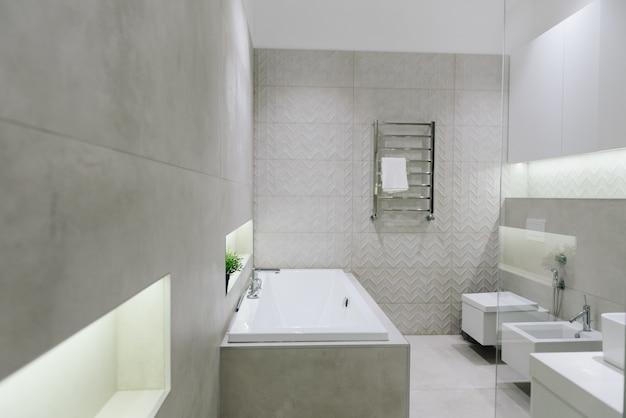 Stilvolles modernes badezimmerinterieur, schönes minimalistisches design mit toilette, bidet, badewanne Premium Fotos