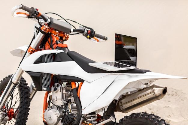 Stilvolles motorrad mit laptop an der spitze Kostenlose Fotos
